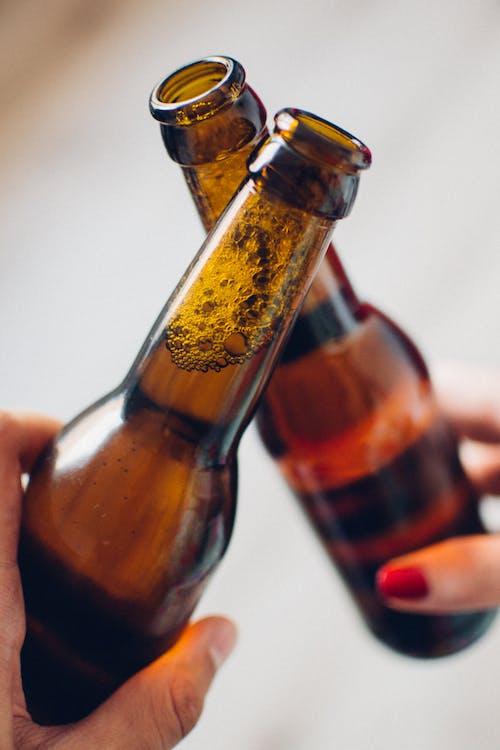 Бесплатное стоковое фото с алкоголь, бодрый, бутылки, веселый