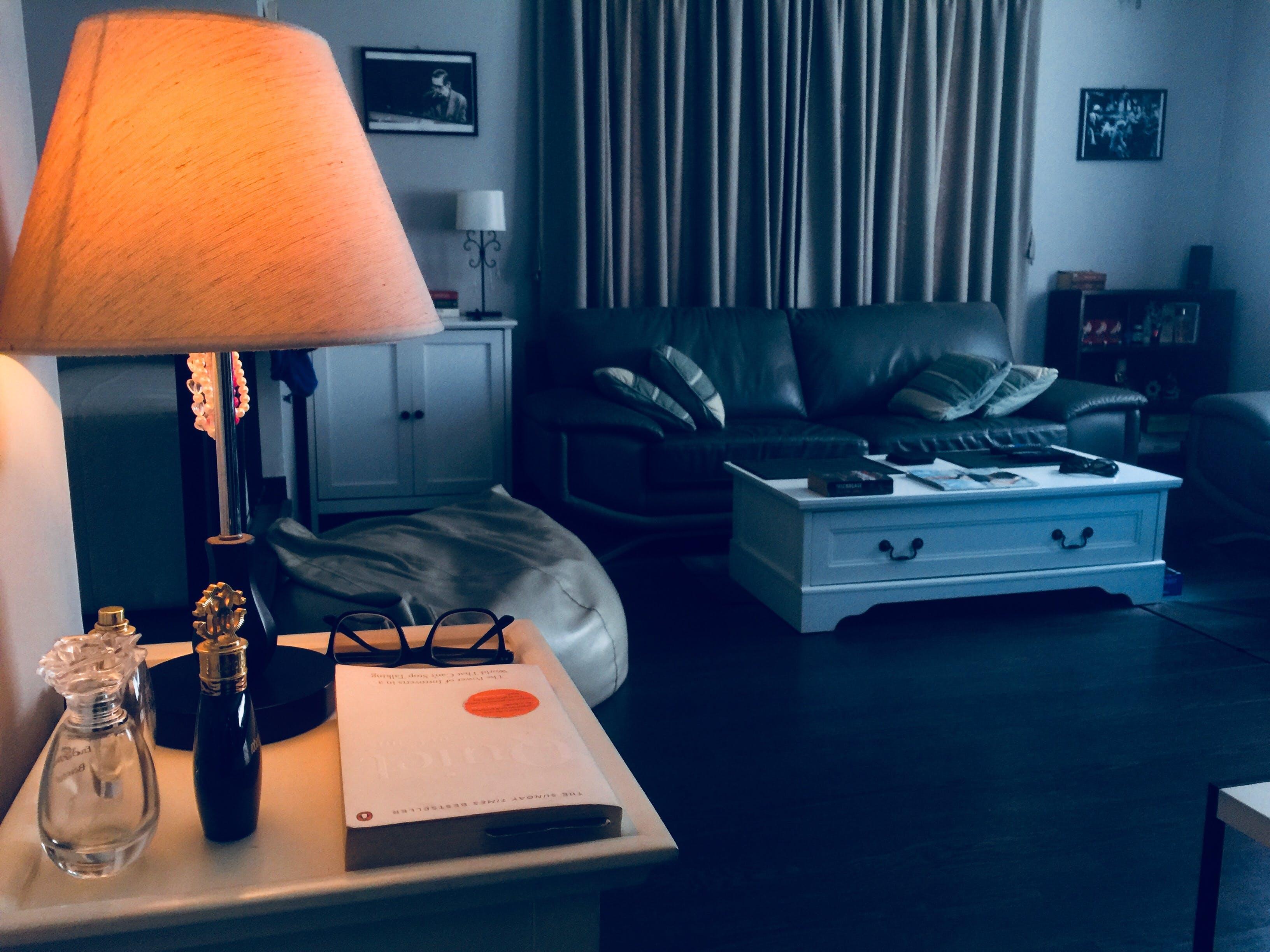 Foto d'estoc gratuïta de coixins, disseny d'interiors, làmpada, llançar coixins