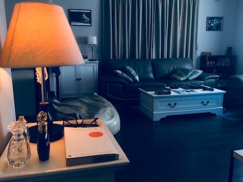 Foto d'estoc gratuïta de coixins, disseny d'interiors, habitació, làmpada