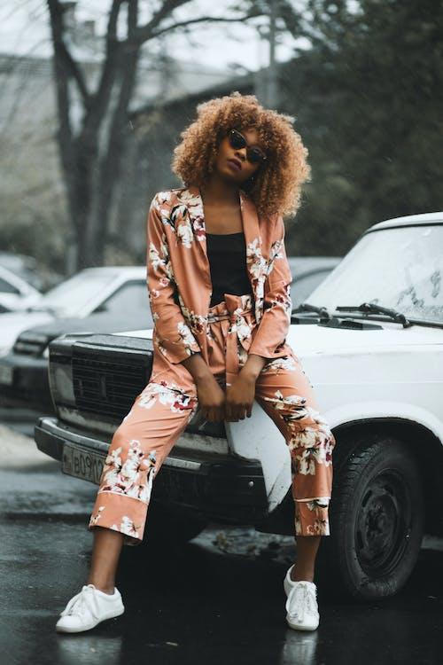 afrikalı-amerikalı kadın, arabalar, aşındırmak, bukleli saç içeren Ücretsiz stok fotoğraf