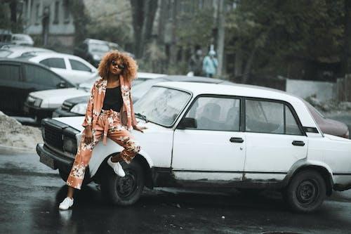 Fotobanka sbezplatnými fotkami na tému autá, automobil, človek, denné svetlo