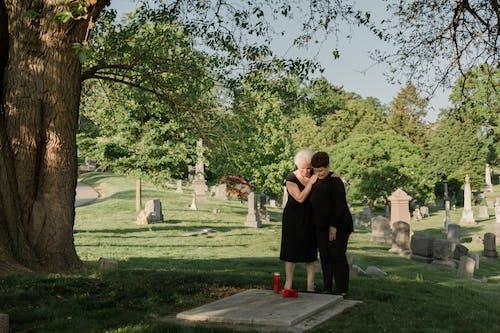 Foto profissional grátis de cemitério, cova, dano