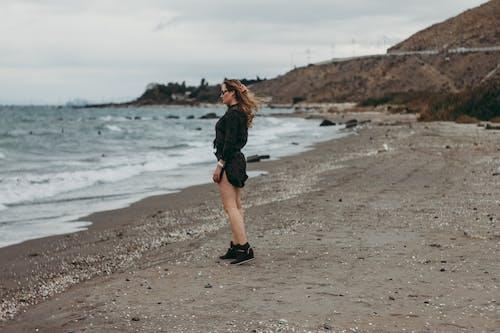 Безкоштовне стокове фото на тему «берег, берег моря, Дівчина, денний час»