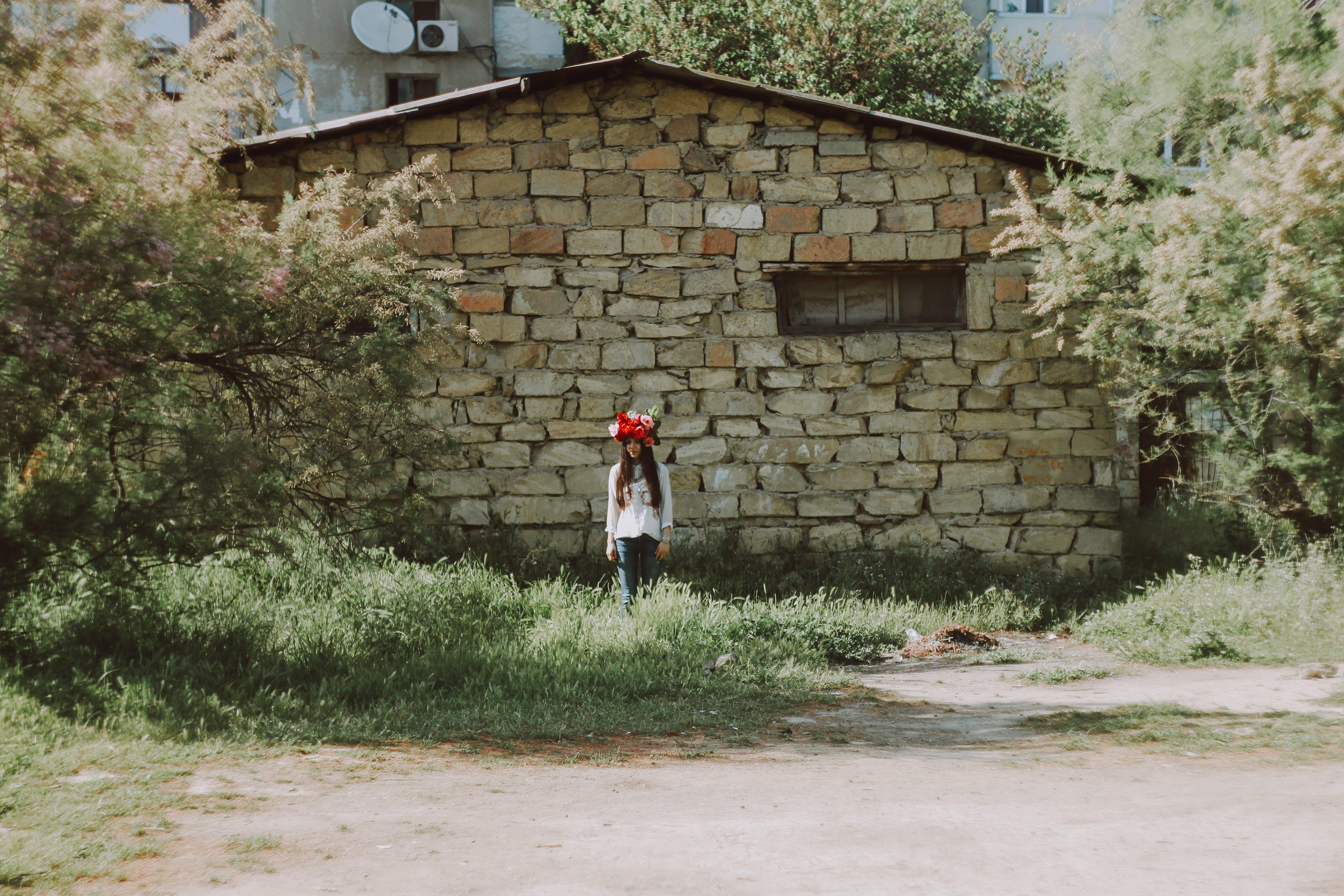 Základová fotografie zdarma na téma holka, květiny, opuštěná budova, zelená