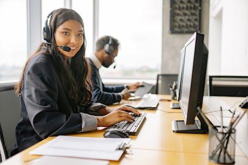 Gratis stockfoto met blij, call center agent, callcenter