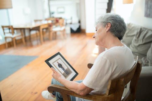 Gratis lagerfoto af ældre, billedramme, ensom