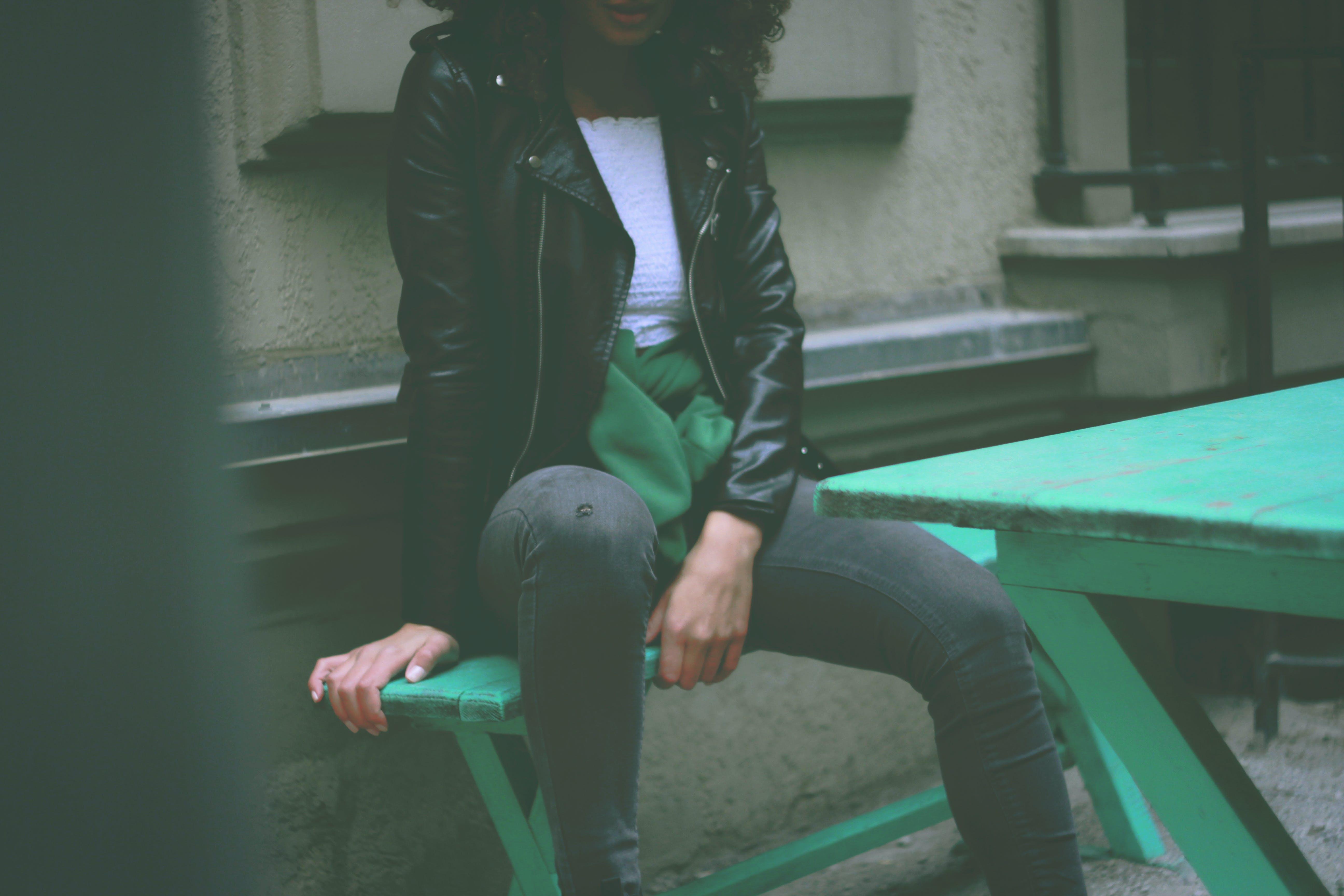 검은색 가죽 자켓, 사람, 스타일, 앉아 있는의 무료 스톡 사진