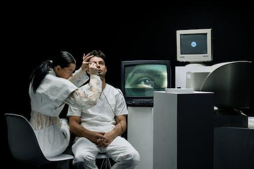 adam, deney, ekran içeren Ücretsiz stok fotoğraf