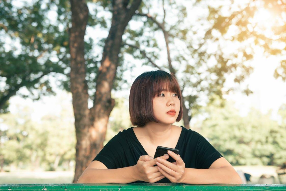 asiatische frau, bäume, bildschirm