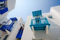 帶藍色和藍綠色露台的白色彩繪房屋
