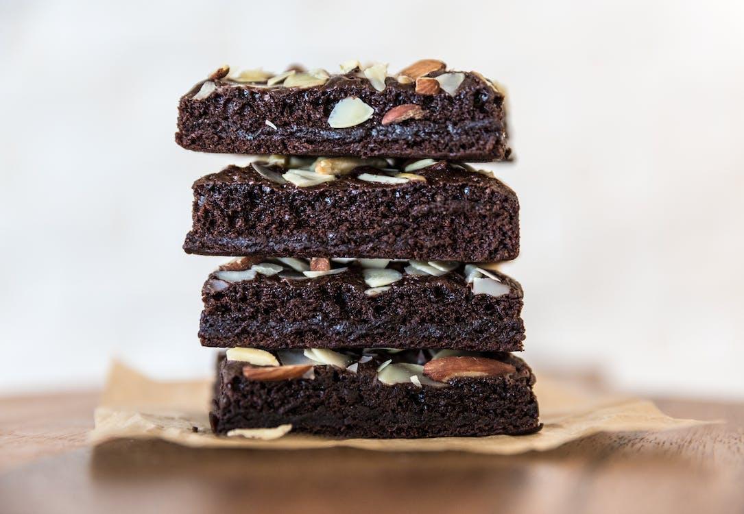 pila di brownie al cioccolato