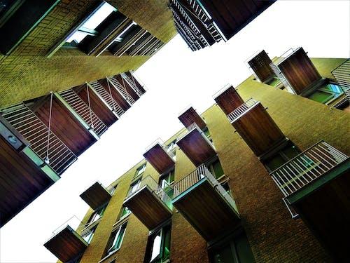 高層建築的低角度視圖