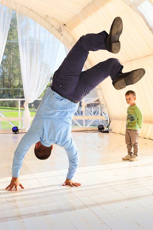 Безкоштовне стокове фото на тему «акробатичний, активний, веселий»