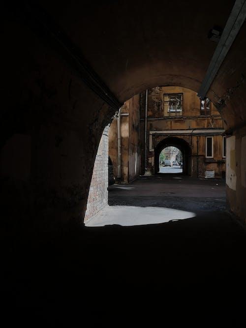 Foto profissional grátis de abandonado, arcada, arco