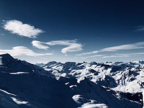 Kostnadsfri bild av bergen, bergskedja, bergstoppar, blå himmel