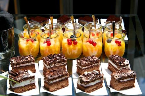 Kostnadsfri bild av efterrättsbord, fruktsallad, kakor, mat