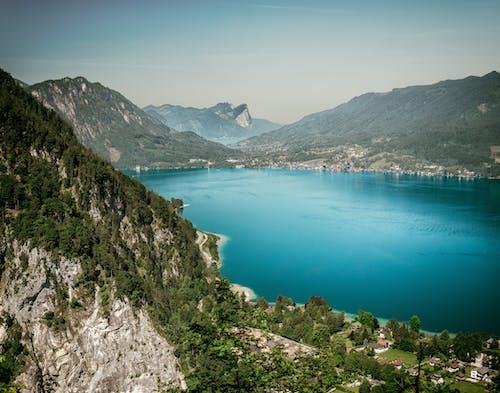 Montagnes Vertes Près Du Lagon