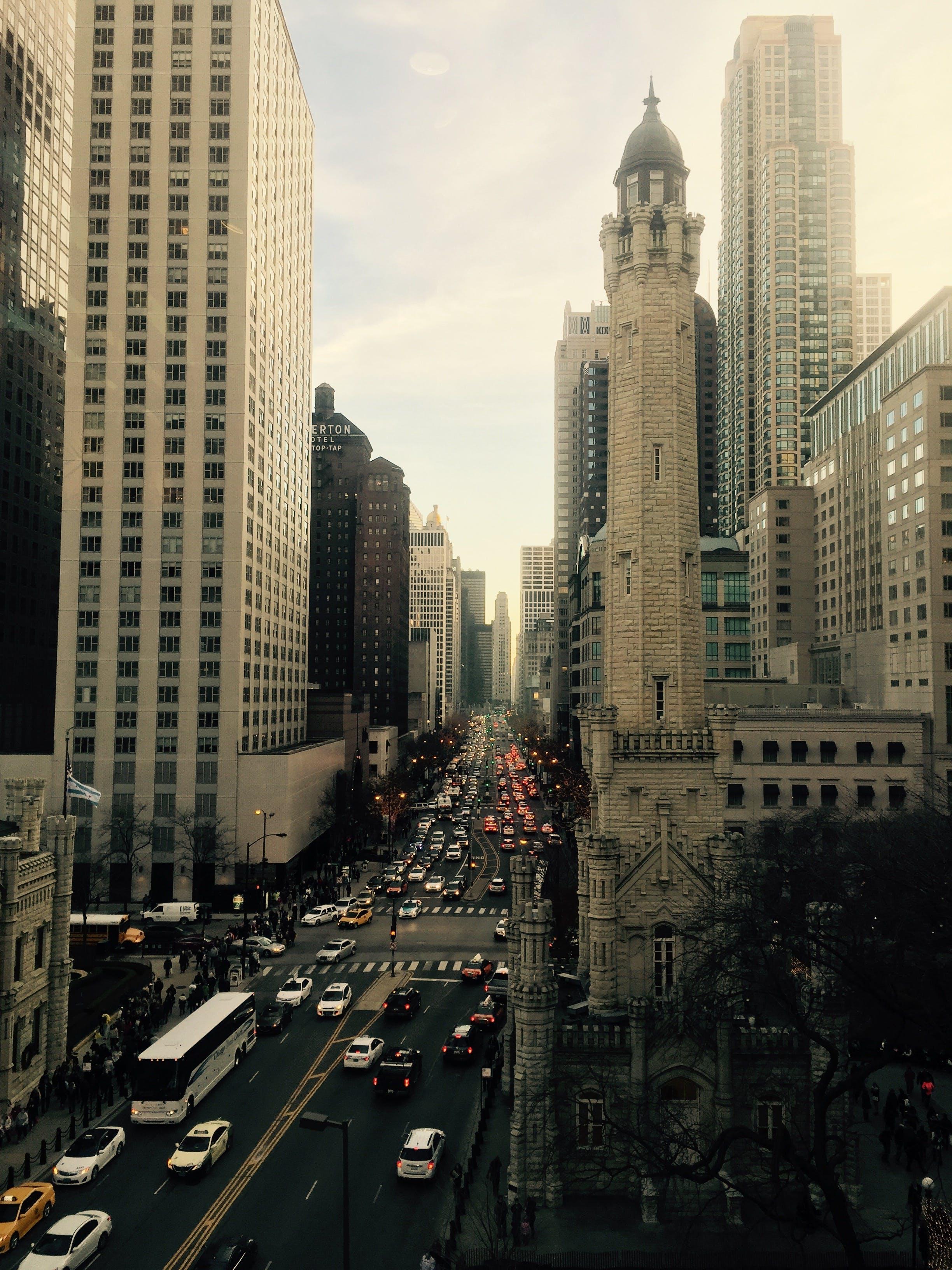 arabalar, binalar, gökdelenler, gündüz içeren Ücretsiz stok fotoğraf
