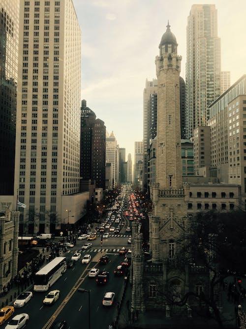 Calles De La Ciudad Entre Raspadores Del Cielo