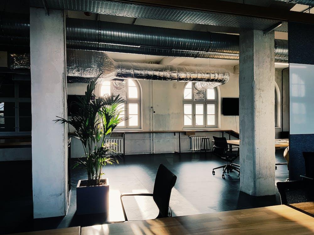 ablakok, asztalok, belső