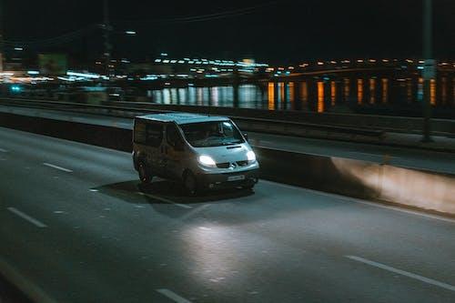 Gratis arkivbilde med bil, bil om natten byen, by