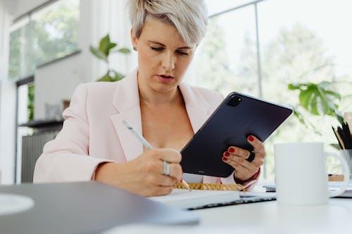 Kostnadsfri bild av anteckningsbok, arbetssätt, företag