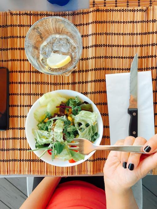 Salade De Légumes Sur Bol Blanc Servi Sur Table
