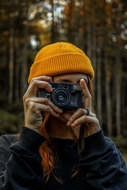 Foto profissional grátis de ao ar livre, boné, cachecol