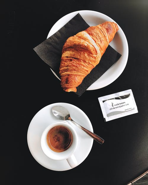 Fotobanka sbezplatnými fotkami na tému croissant, espreso, espresso, fotografia jedla