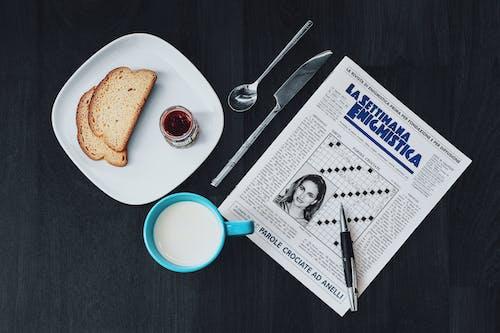 Бесплатное стоковое фото с бумага, вкусный, газета, дерево