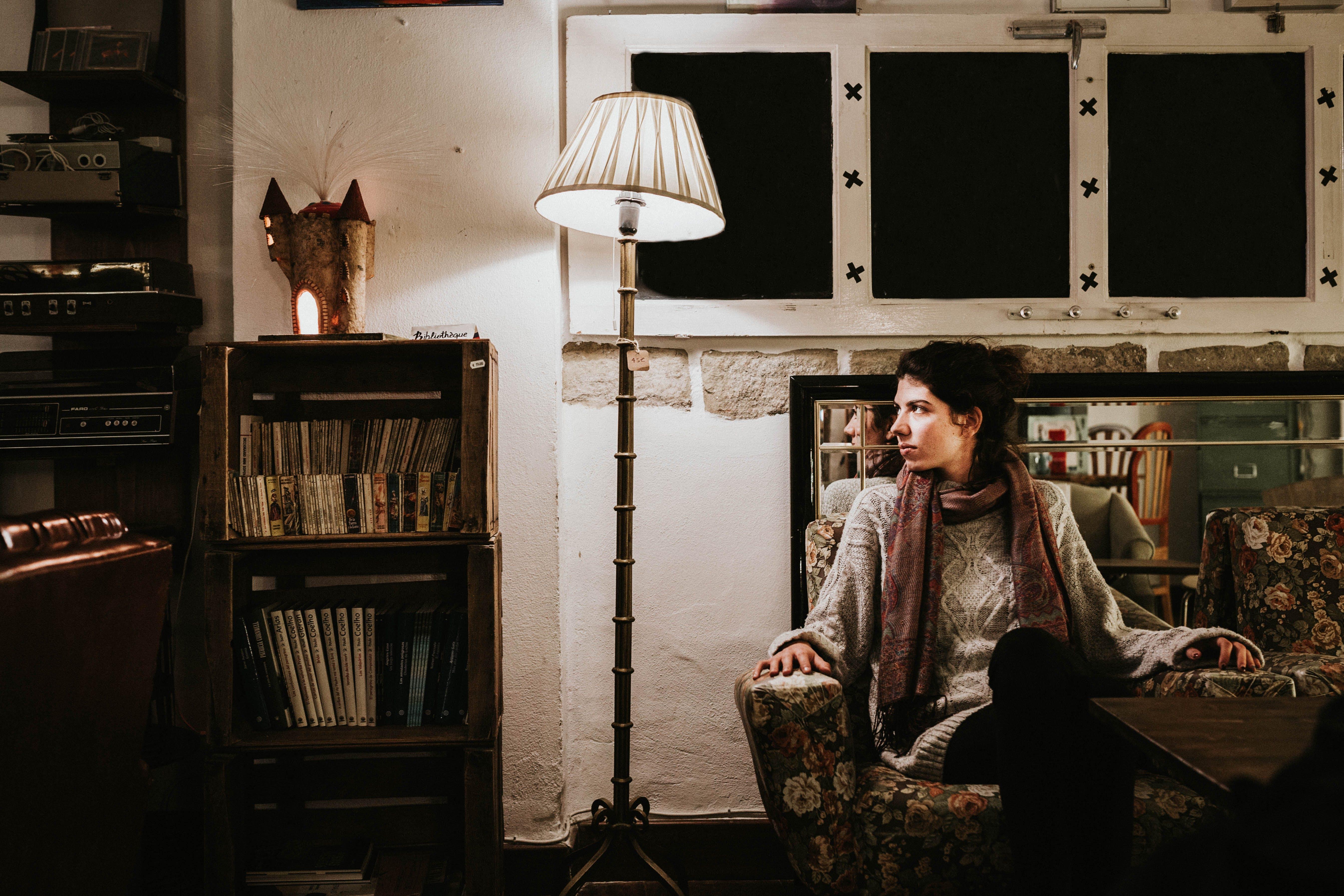Gratis lagerfoto af bøger, indendørs, kvinde, lampe