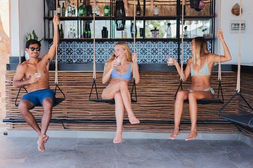 3 Wanita Duduk Di Bangku Ayun