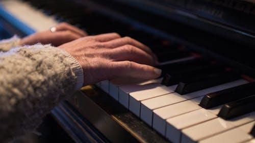 Foto profissional grátis de instrumento, mãos, mulher, piano