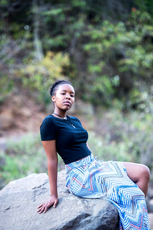 Základová fotografie zdarma na téma černoška, denní světlo, dřevo, holka