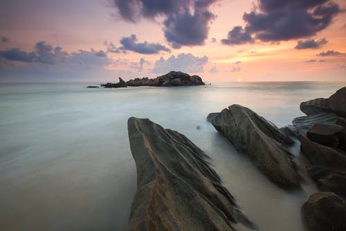 Безкоштовне стокове фото на тему «вода, Захід сонця, камені, краєвид»