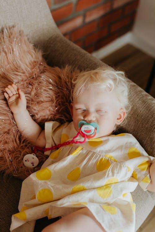 Photos gratuites de adorable, bébé, canapé