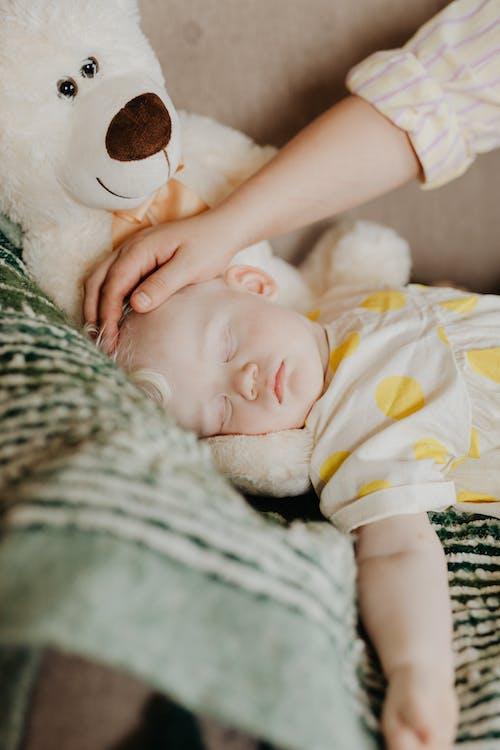 Kostenloses Stock Foto zu baby, berühren, bezaubernd