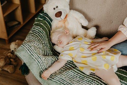 คลังภาพถ่ายฟรี ของ ตุ๊กตาหมี, นอนหลับ, สาวน้อย