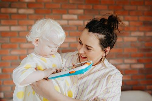Gratis stockfoto met albino kind, dragen, familie