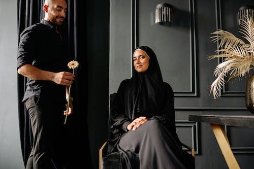 Základová fotografie zdarma na téma černé oblečení, dvojice, hidžáb