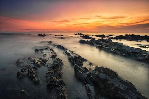 Безкоштовне стокове фото на тему «вода, Захід сонця, камені, каміння»