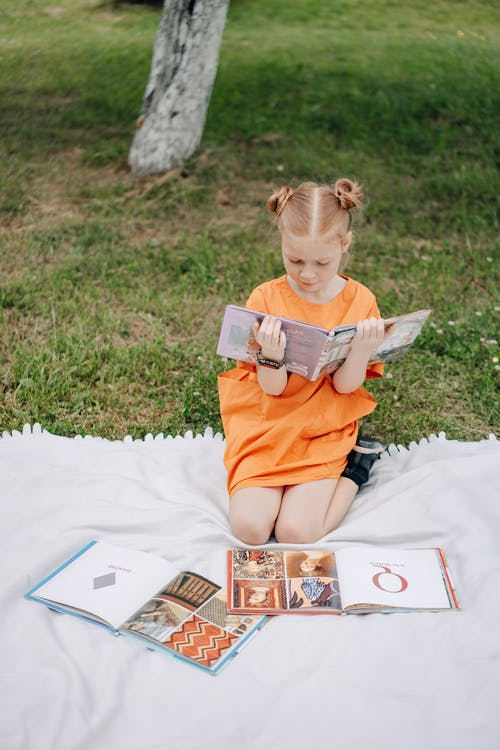 Foto stok gratis anak, belum tua, buku-buku