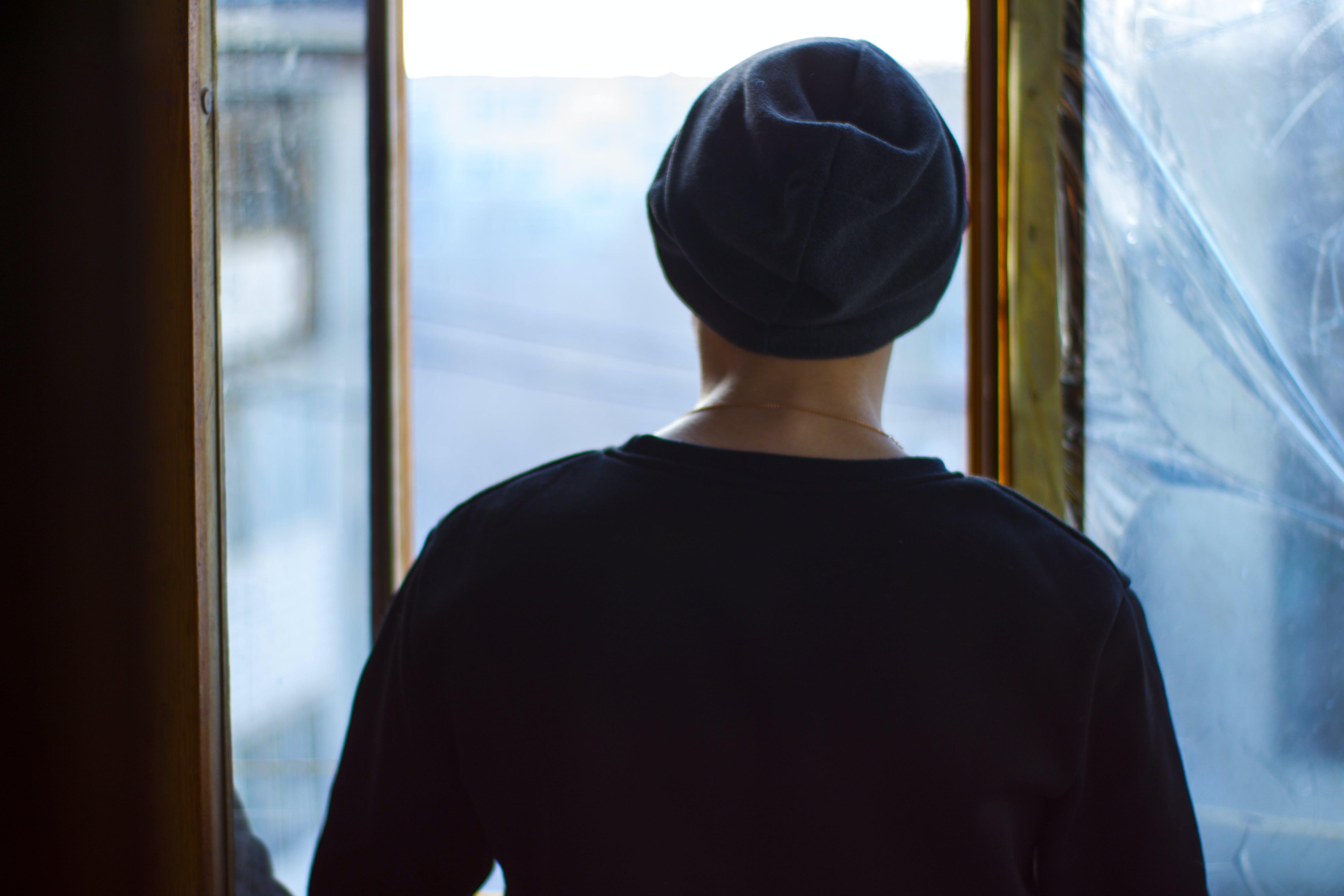 Základová fotografie zdarma na téma černá, kšiltovka, modrá, muž