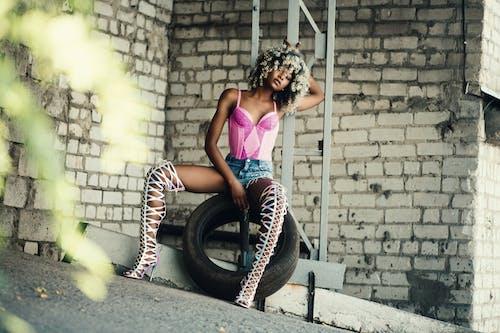 Gratis lagerfoto af afroamerikansk kvinde, blogger, dæk, fodtøj