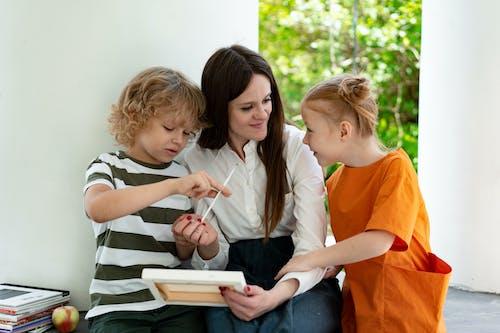 Foto stok gratis ibu dan anak, ikatan, lukisan