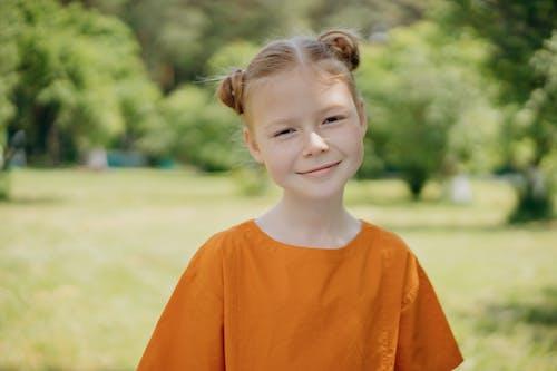 Foto profissional grátis de adorável, bonita, camisa laranja