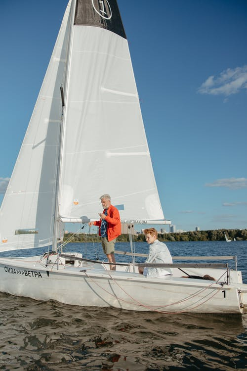 Gratis stockfoto met bejaarde man, blauwe lucht, boot