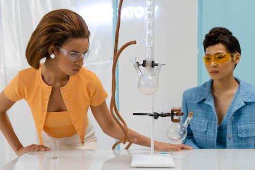 Photos gratuites de équipement de laboratoire, expérience, femmes