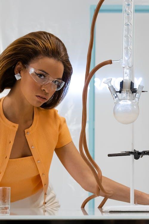 Photos gratuites de équipement de laboratoire, expérience, femme