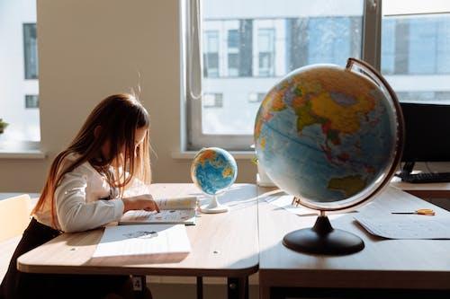 Fotobanka sbezplatnými fotkami na tému bočný pohľad, čítanie, dieťa
